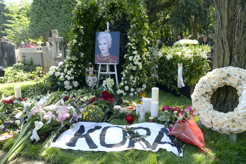 ...i w dniu pogrzebu. Wciąż przybywa na nim świeżych kwiatów i zniczy / Mieszko Piętka /AKPA