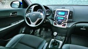 i30 to pierwszy Hyundai, w którym tablica przyrządów wyglądała naprawdę po europejsku. Na zdjęciu wersja z bogatym wyposażeniem (i30 Style - najdroższa w gamie). /Motor