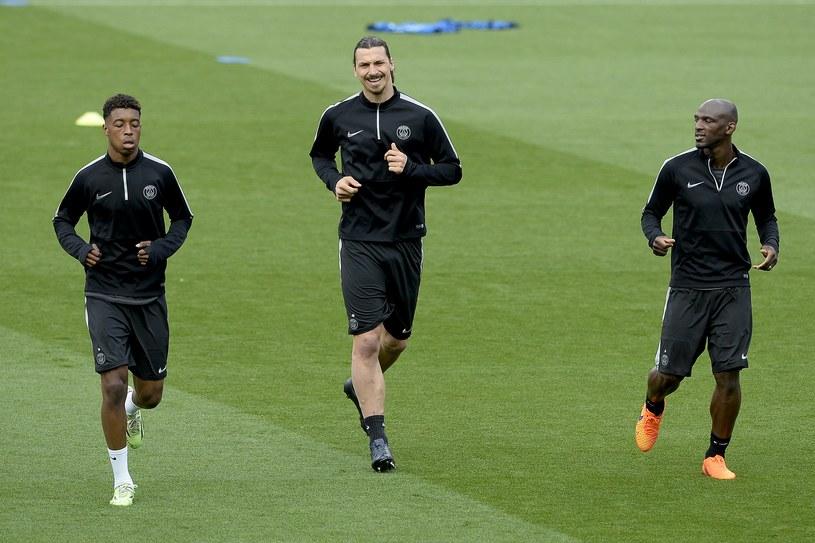 Ibra (w środku) podczas treningu na murawie Camp Nou /AFP