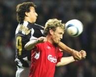 Ibrahimovic i Sami Hyypia w powietrznej walce /AFP