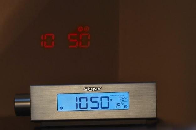 ICF-C717PJ firmy Sony, czyli radiobudzik z małym projektorem. Czy ułatwi on ranne wstawanie? /materiały prasowe