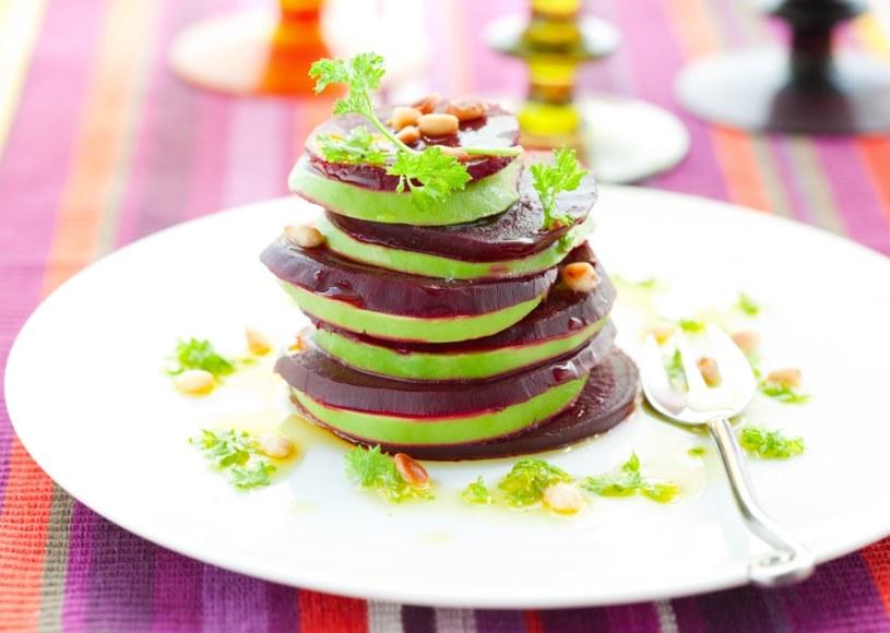 Idealna przekąska: pieczony burak z plastrami jabłka, prażonymi orzachami pinii i oliwą /shutterstock /Smaki Życia