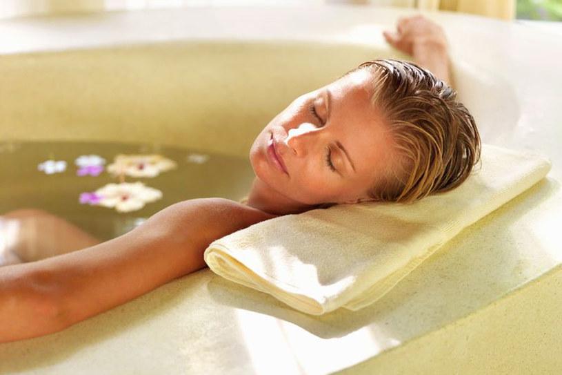 Idealna temperatura kąpieli to 38-40 st. C. Cieplejsza zamiast odprężyć, wywoła uczucie zmęczenia. Ile czasu możemy pławić się w wannie? Optymalnie kwadrans, maksymalnie – pół godziny /123RF/PICSEL