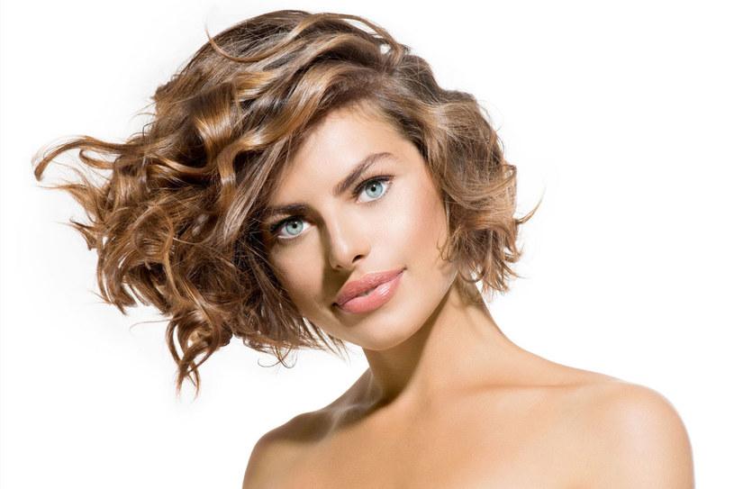 Idealnie proste włosy albo regularne loki rzadko występują w naturze. Co zrobić, żeby zawsze wyglądały tak, jak chcesz? /123RF/PICSEL