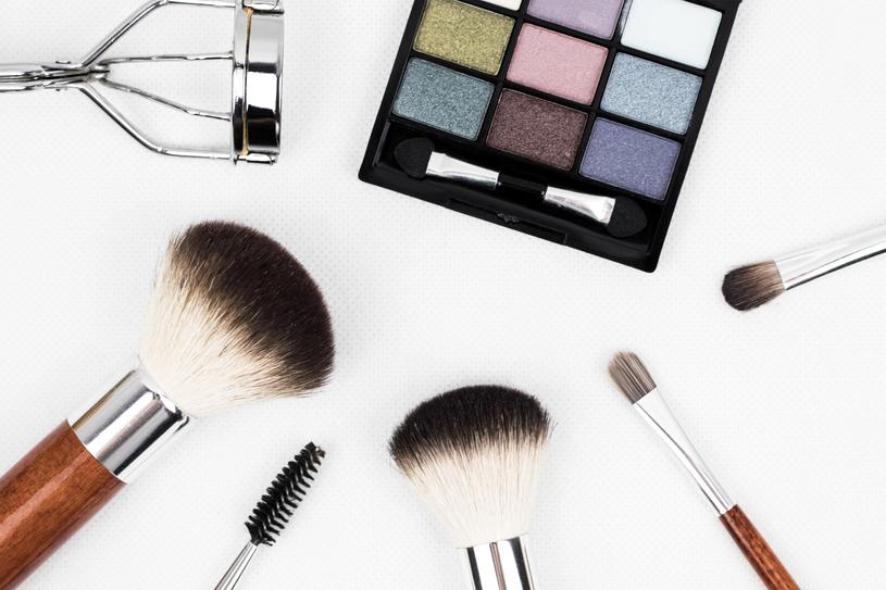 Idealny kosmetyk do makijażu? Trwały i przynoszący obiecane efekty! /materiały prasowe