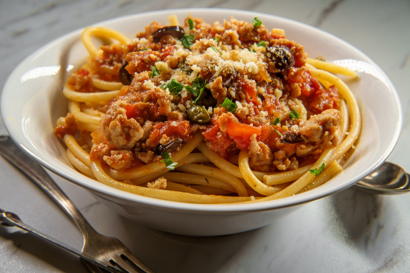 Idealny pomysł na romantyczną kolację: spaghetti z cielęciną, kaparami i oliwkami /123RF/PICSEL