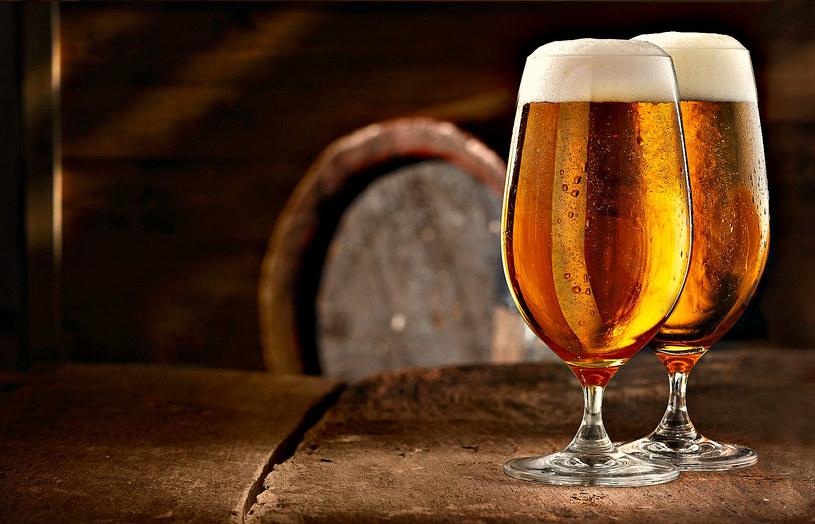 Idealnym dodatkiem do tej sałatki będzie szklanka zimnego piwa typu lager /123RF/PICSEL
