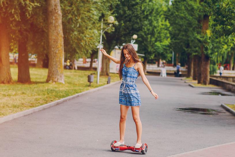Idealnym prezentem dla nastolatka jest deskorolka elektryczna /123RF/PICSEL