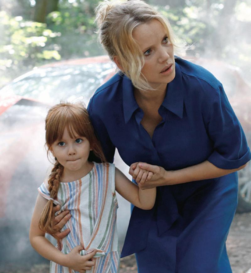 Iga, nie bacząc na nic, pobiegła z pomocą dziewczynce i jej matce /Świat Seriali