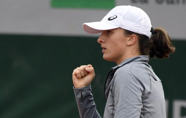 Iga Świątek podczas rozgrywek w turnieju French Open pokonała czeską zawodniczkę Marketę Vondrousovą /JULIEN DE ROSA /PAP/EPA
