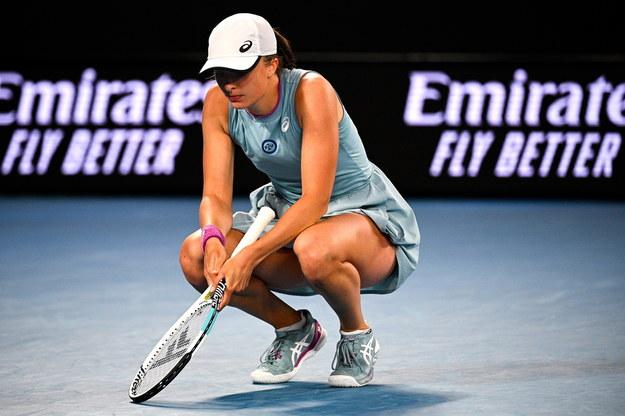 Iga Świątek w trakcie meczu z Simoną Halep w 1/8 finału Australian Open /DEAN LEWINS /PAP/EPA