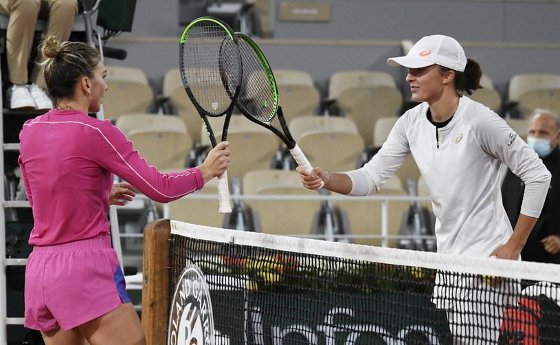 Iga Świątek (z prawej) dała lekcję tenisa mistrzyni Simonie Halep /JULIEN DE ROSA /PAP/EPA