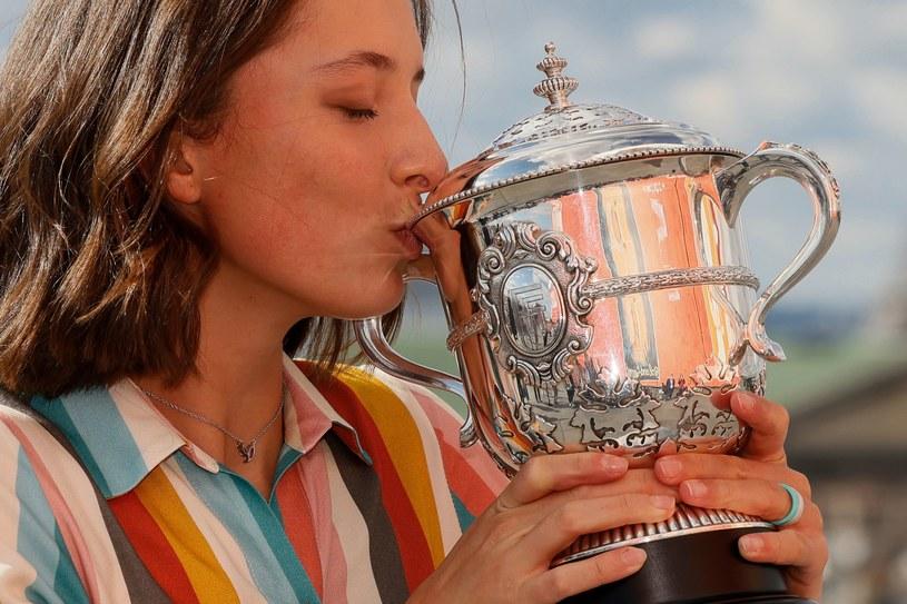 Iga Świątek z trofeum za triumf w Rolandzie Garrosie /AFP