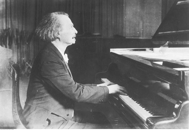 Ignacy Jan Paderewski - kompozytor, pianista. Fotografia sytuacyjna z 1925 roku /Z archiwum Narodowego Archiwum Cyfrowego