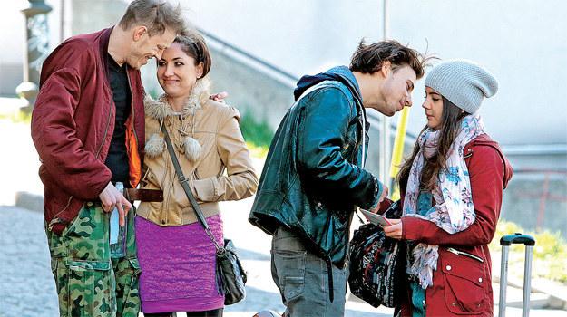 Igor (Józef Pawłowski), chłopak Uljany odprowadza ją do autobusu. Wraz z nim dziewczynie kibicują siostra Igora i jej mąż /Świat Seriali