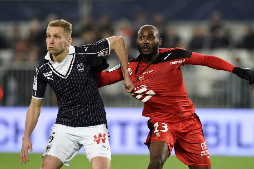 Igor Lewczuk walczy o piłkę z Giovannim Sio podczas meczu ze Stade Rennes /AFP