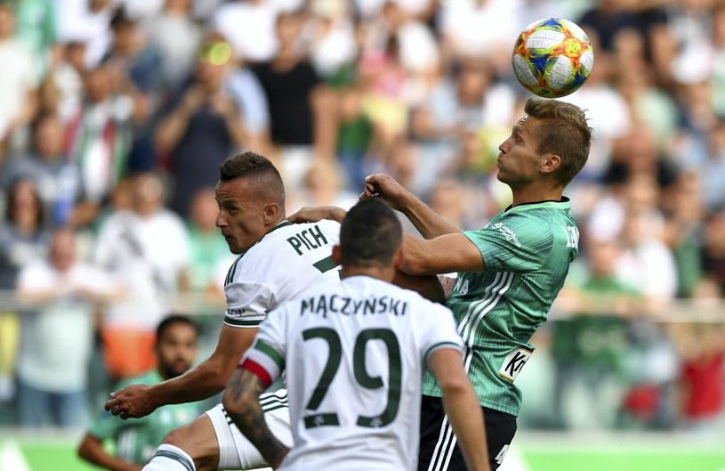 Igor Lewczuk (z prawej) walczący o piłkę z Robertem Pichem /PAP/Piotr Nowak /PAP
