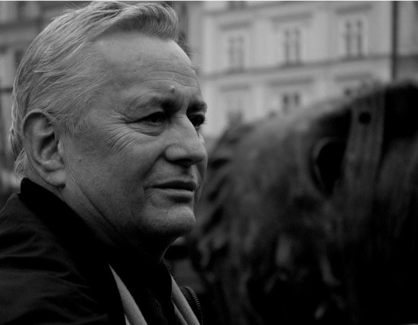 """Igor Mitoraj odsłania rzeźbę """"Eros Bendato """" na Rynku Głównym w Krakowie, 2005 r. /M. Lasyk /Reporter"""