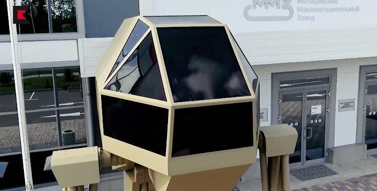 """""""Igorek"""" - robot zaprezentowany przez Koncern Kałasznikowa. Wynalazek koncernu waży 4,5 tony i jest sterowany przez pilota siedzącego w kabinie. Większość informacji technicznych dotyczących """"Igorka"""" nie została ujawniona """"ze względów handlowych"""" /materiały prasowe"""