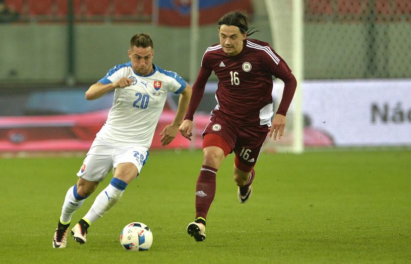 Igors Tarasovs (z prawej) w towarzyskim meczu ze Słowacją /AFP