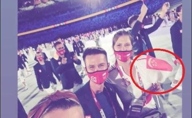 Igrzyska olimpijskie. Polka z flagą Singapuru podczas ceremonii otwarcia imprezy