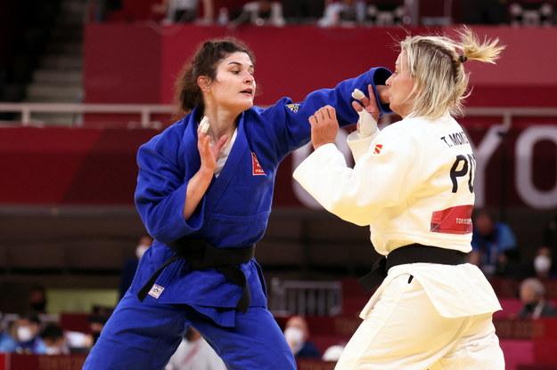 Igrzyska olimpijskie Tokio 2020: Julia Kowalczyk (w stroju niebieskim) w pojedynku 1/8 finału turnieju judo w kategorii 57 kg z mistrzynią Europy Telmą Monteiro z Portugalii / Leszek Szymański    /PAP