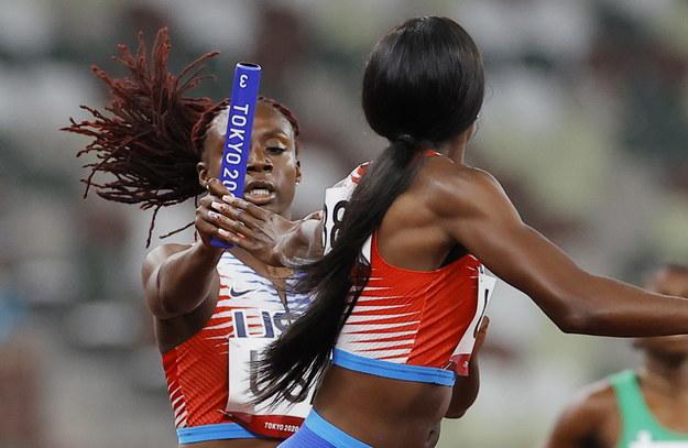 Igrzyska olimpijskie Tokio 2020. Lynna Irby i Taylor Manson z reprezentacji USA w biegu eliminacyjnym sztafet mieszanych 4x400 m /VALDRIN XHEMAJ    /PAP/EPA