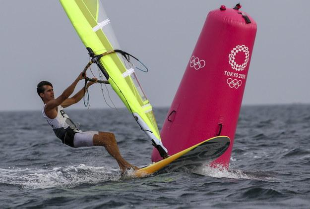 Igrzyska olimpijskie Tokio 2020. Piotr Myszka w wyścigu w żeglarskiej klasie RS:X /OLIVIER HOSLET /PAP/EPA
