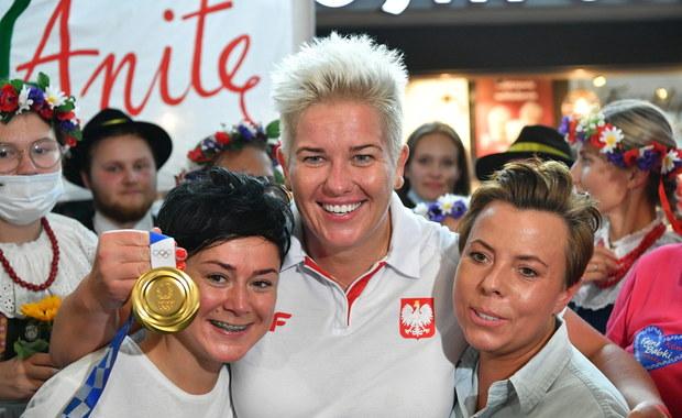 Igrzyska olimpijskie Tokio 2020: Polscy medaliści wrócili do Warszawy