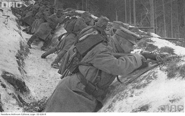 II Brygada Legionów podczas walk w Karpatach. Żołnierze w rowie strzeleckim, 1914
