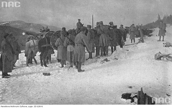 II Brygada Legionów podczas walk w Karpatach. Żołnierze z końmi niosącymi działa, 1914