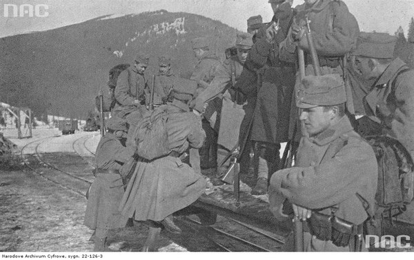 II Brygada Legionów podczas walk w Karpatach. Żołnierze jadący kolejką do Zielonej, 1914