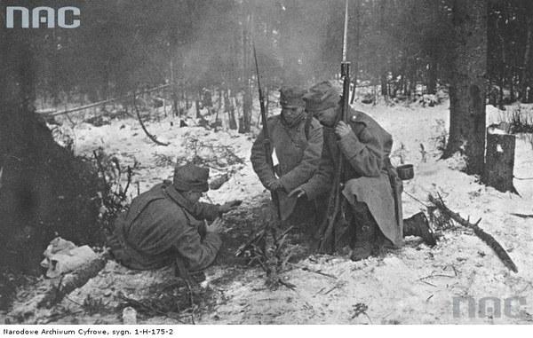 Walki II Brygady Legionów pod Rafajłową podczas działań na froncie wschodnim - żołnierze przy ognisku, 1914