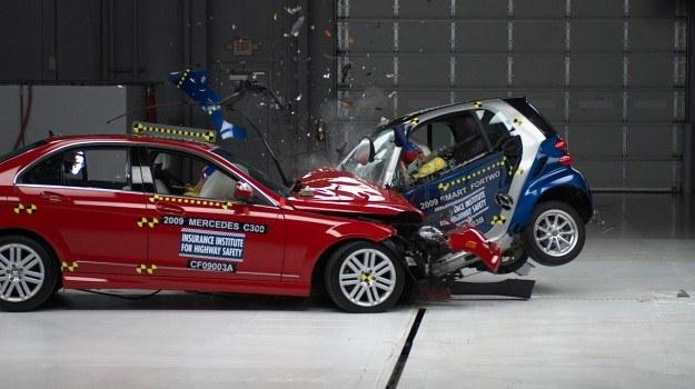 IIHS przeprowadza bardzo wszechstronne testy zderzeniowe, w tym czołowe zderzenie obrysowe (przeszkoda zajmuje 25 proc. przodu auta) i próbę dachowania. /IIHS