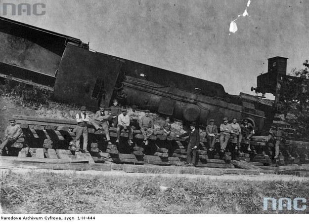 III powstanie śląskie - grupa powstańców przy zniszczonym pociągu pod Kędzierzynem. Widoczna przewrócona lokomotywa /Z archiwum Narodowego Archiwum Cyfrowego