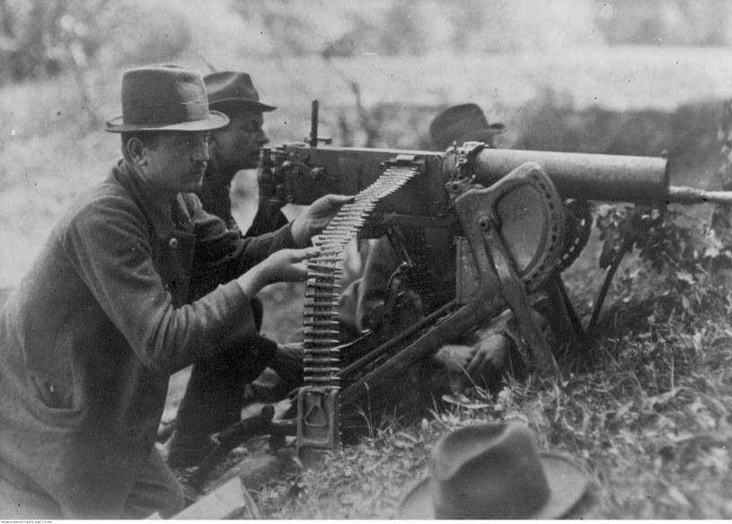 III powstanie śląskie - powstańczy ciężki karabin maszynowy Maxim wz. 1908 na podstawie saneczkowej w akcji nad Odrą /Z archiwum Narodowego Archiwum Cyfrowego