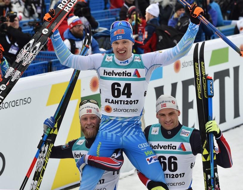 Iivo Niskanen podtrzymywany przez Martina Johnsruda Sundby'ego (z lewej) i Niklasa Dyrhauga /AFP