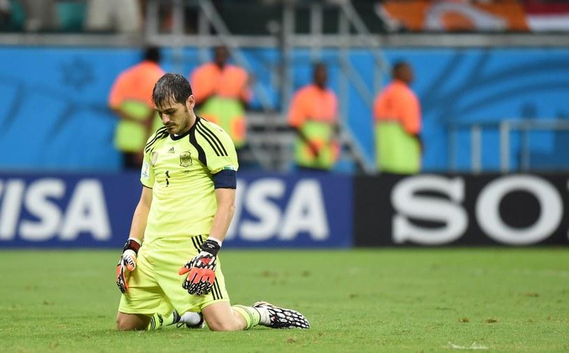Iker Casillas i jego koledzy z reprezentacji Hiszpanii mają za sobą fatalny początek mundialu. Teraz czas, aby podnieść się z kolan /AFP