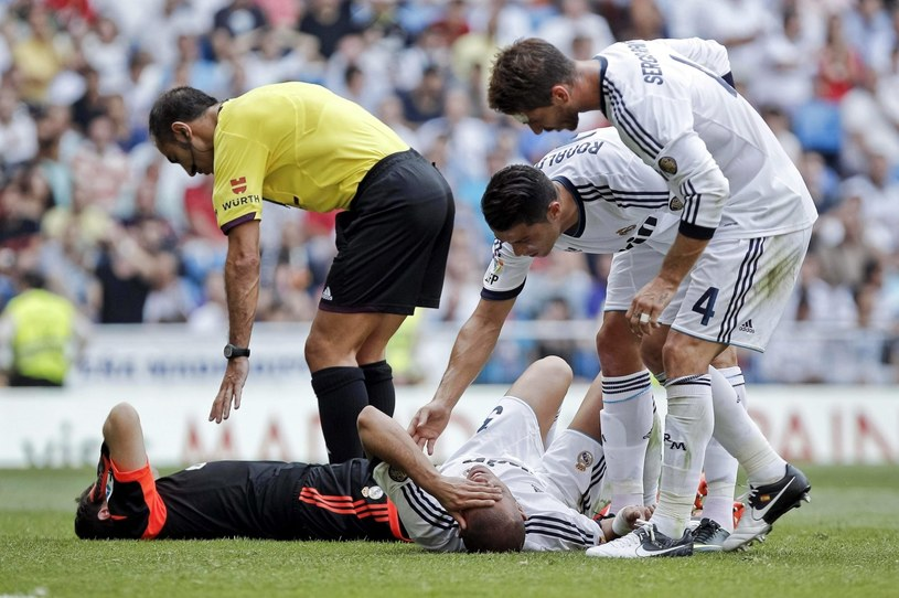 Iker Casillas i Pepe leżą po zderzeniu, sędzia zajmuje się bramkarzem, a Cristiano Ronaldo i Sergio Ramos - Pepem. /PAP/EPA