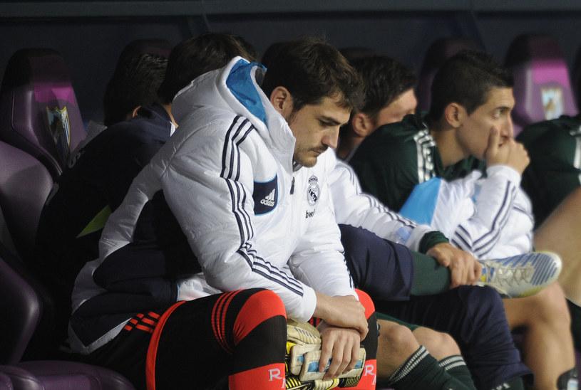 Iker Casillas na ławce rezerwowych podczas meczu z Malagą. /AFP