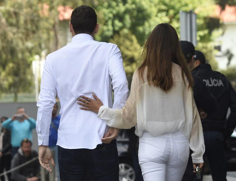 Iker Casillas po wyjściu ze szpitala, z żoną Sarą Carbonero /AFP