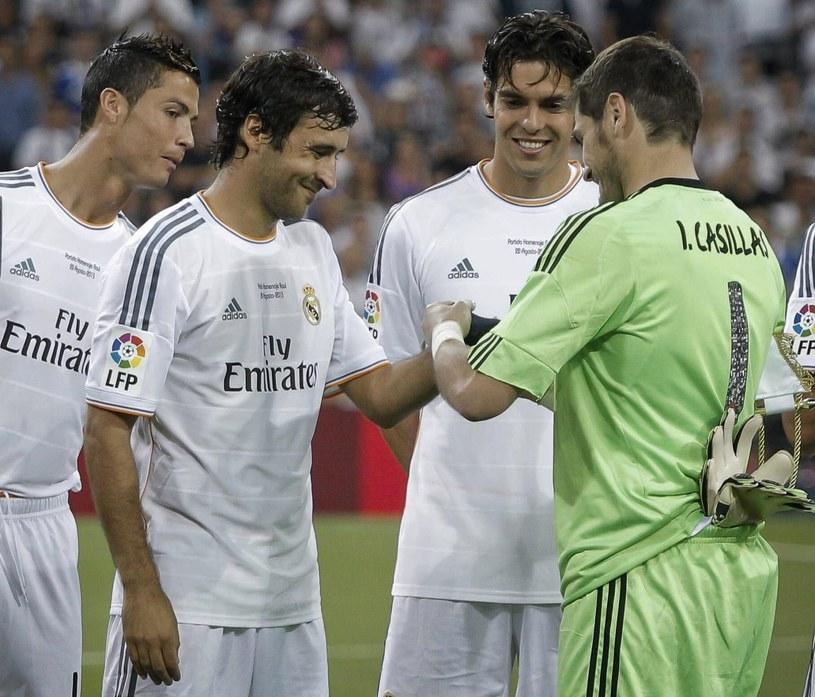 Iker Casillas przekazuje opaskę kapitana Raulowi Gonzalezowi /PAP/EPA