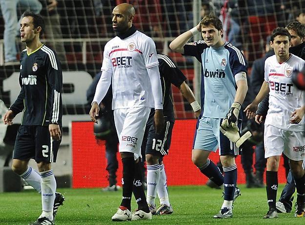 Iker Casillas trzyma się za głowę po tym, jak został trafiony butelką /AFP