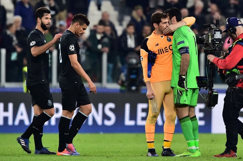 Iker Casillas w towarzystwie Gianluigiego Buffona po meczu Juventus Turyn - FC Porto w Lidze Mistrzów /AFP