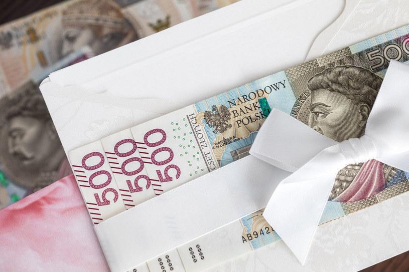 Ile należy wkładać do koperty dla państwa młodych? Zdania są podzielone /Picsel /123RF/PICSEL
