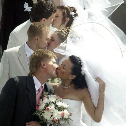 Ile razy maksymalnie można stanąć na ślubnym kobiercu? /AFP