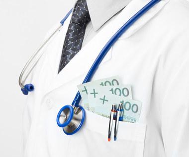 Ile zarabiają lekarze? Znamy raport o wynagrodzeniach w służbie zdrowia