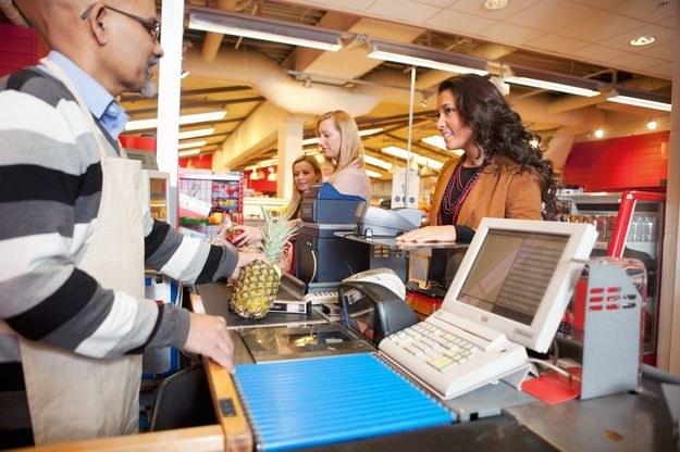 Ile zarabiają sprzedawcy w sklepach? /123RF/PICSEL