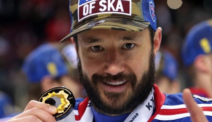 Ilja Kowalczuk ze złotym medalem za wygranie KHL. /