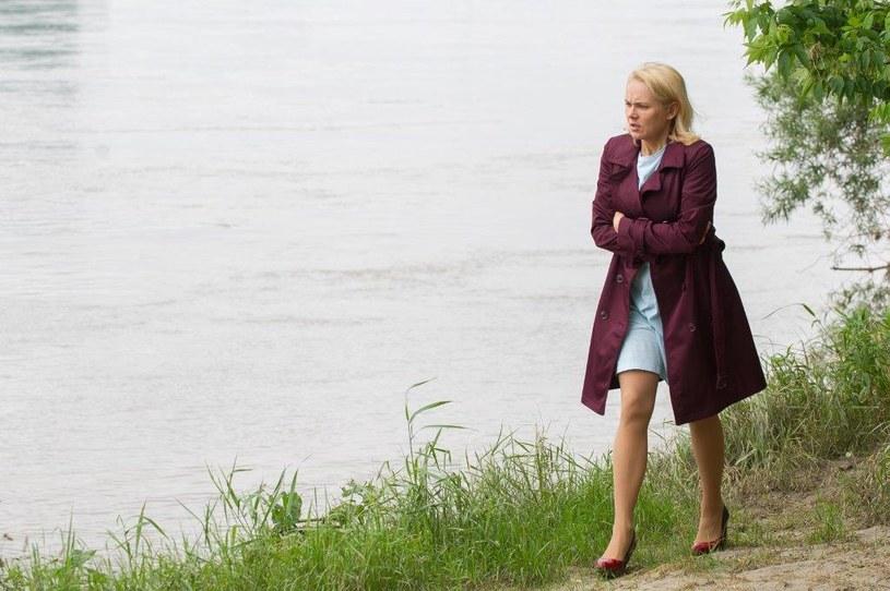 Ilona nie wytrzymuje tych emocji. Niczym opętana, ucieka ze szpitala! Idzie nad rzekę i sprawa wrażenie, jakby chciała odebrać sobie życie… /TVN